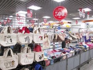 可愛いトートバッグや雑貨類も500円