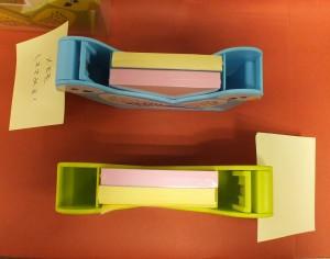 メモスタンド、ペンスタンド、メモクリップが付いた多機能で可愛い「セキセイインコ」のメモスタンドです。