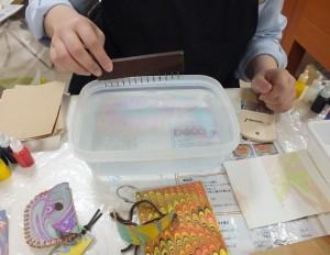 マーブリング水溶液に絵具を1滴ずつ垂らし、竹串などで自由に模様を付けます。
