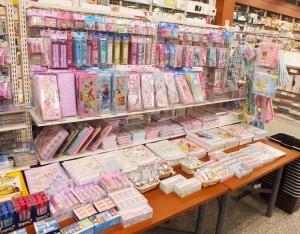 女の子に人気のディズニー・サンリオキャラクターの商品も扱っています!