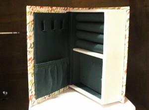 平置きはもちろん、立てて本棚に収納も出来ます。