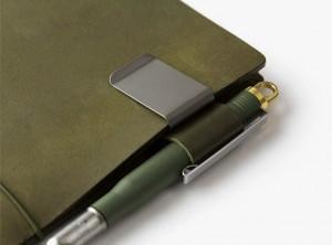 ノートと一緒に使って欲しい「ペンホルダー」と「プラスボールペン」も登場しています。