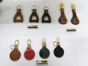 ロゴや馬具に使われる金具をモチーフにしたキーホルダー