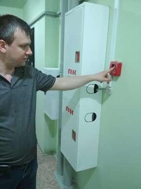 """Дмитрий Хорошев показывает кнопку, которая """"не сработала"""" при пожаре"""