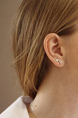 Pendiente ear-cuff en plata de 1ª ley con diseño de granulado.