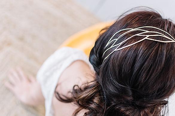 Diadema de novia con diseño de círculos y líneas curvas.