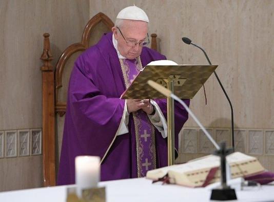 Papa: olhar o crucifixo para superar os desertos da nossa vida