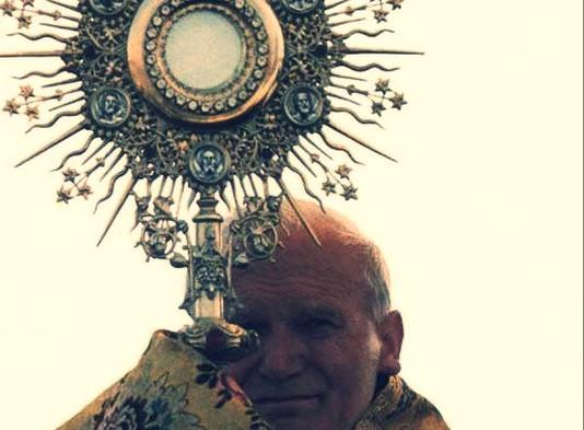 Conheça os ensinamentos de São João Paulo II sobre a adoração ao Santíssimo