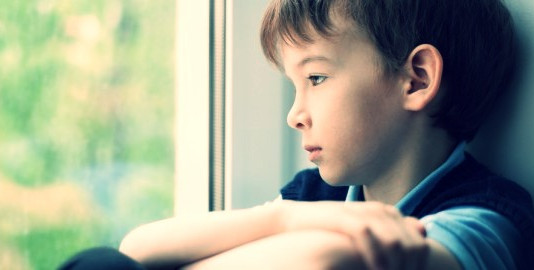 Dor de criança rejeitada pelo pai ultrapassa o emocional e vira física, diz estudo