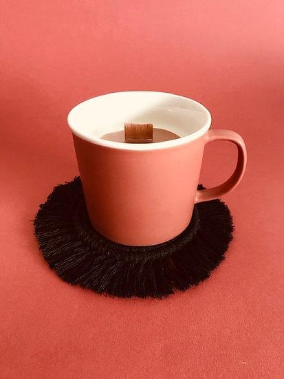 Bougie Tasse Fleur de Musc coulis café latte et son dessous en Macramé
