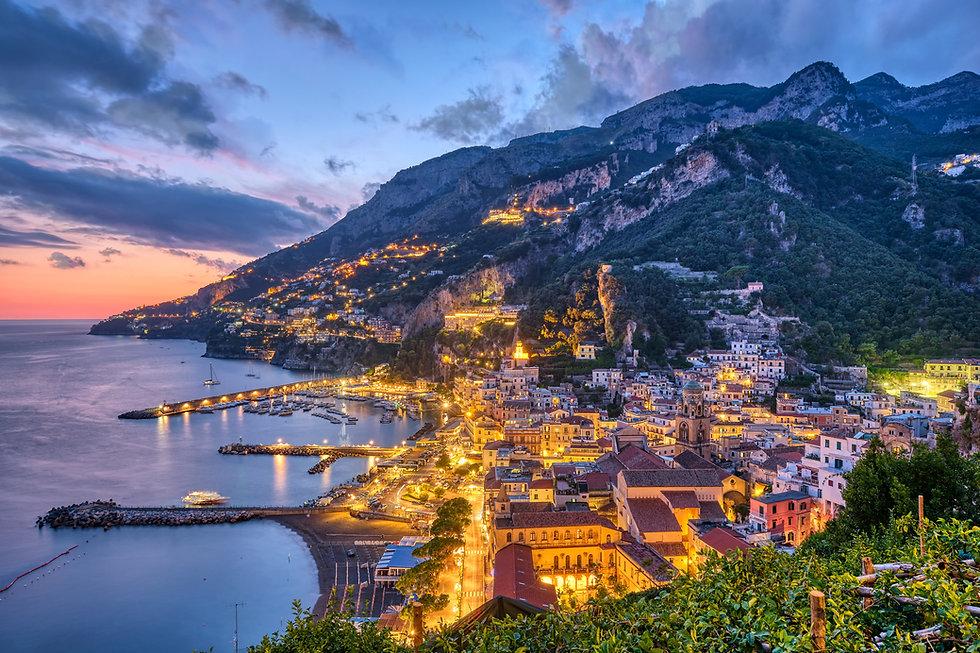 the-beautiful-village-of-amalfi-6EKYYES.