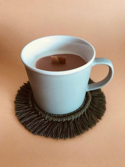 Bougie Tasse Fleur de coton coulis café latte et son dessous en Macramé