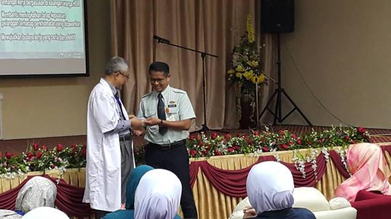 Penyampaian Kad Ahli Kepada Pengarah Hospital -12.10.2018