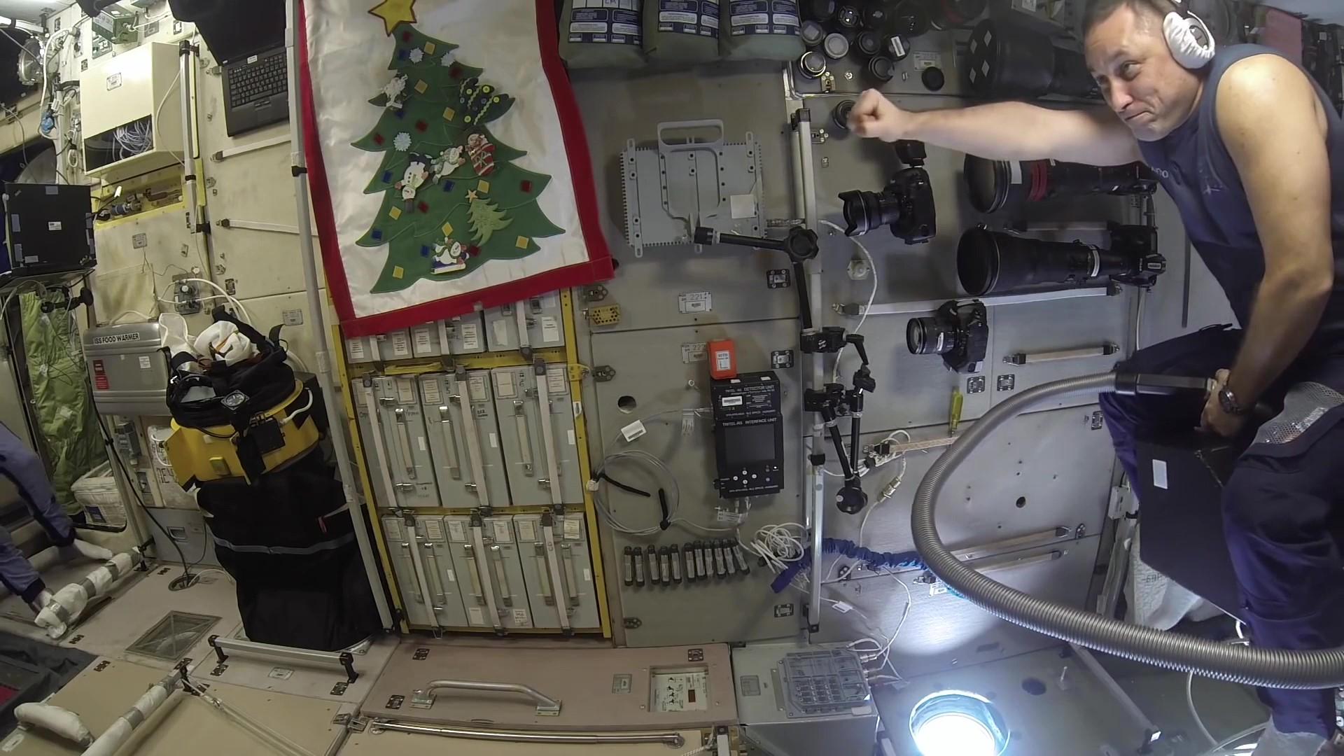 космонавт на пылесосе