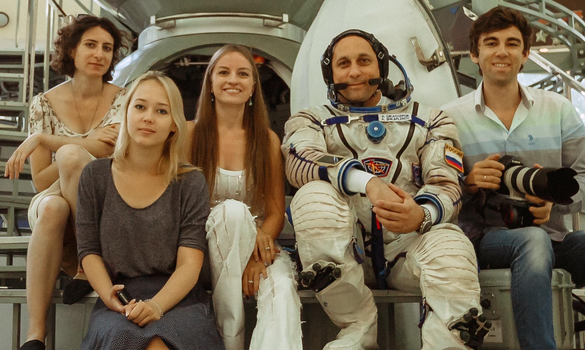 Съемочная группа и космонавт Антон Шкаплеров
