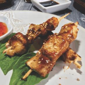 SATAY DE POLLO, Mini pinchos de pollo preparados a la plancha con salsa hoisin.
