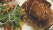 SALÓN TERIYAKI, A la plancha acompañado de arroz aromatizado y ensalada camboyana.