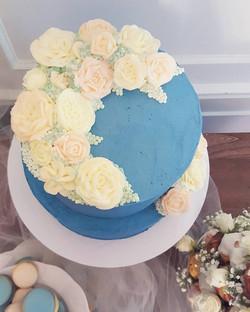 blue buttercream rose cake