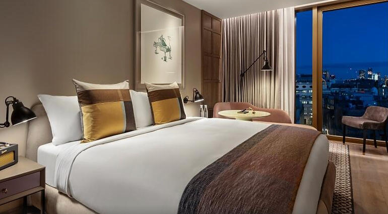 The_Londoner_Hotel_Deluxe_King_City_View_Room