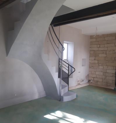 escalier en béton ciré murs à la chaux.j