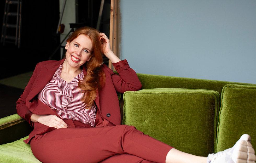 Laura Hermann auf der Couch