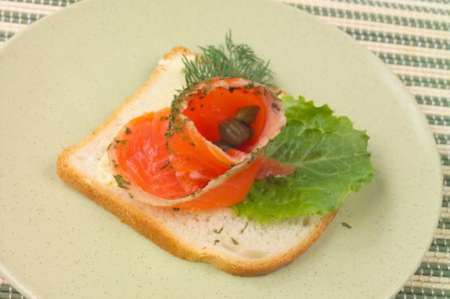 Бутерброд с сёмгой и каперсами