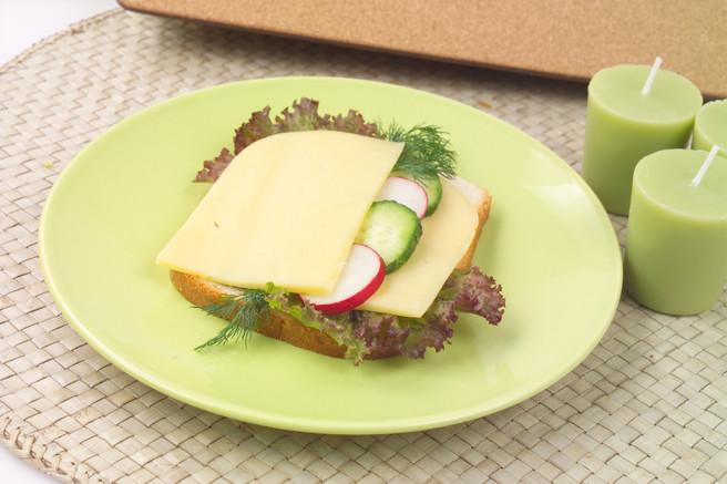 Сандвич с сыром редисом и огурцом