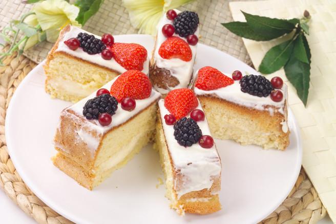 Пирожные бисквитные с ягодами