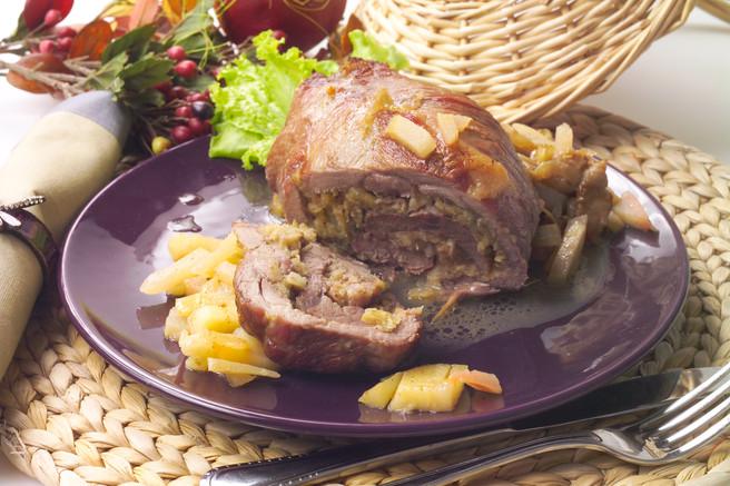 Рулет из свинины с яблочным соусом