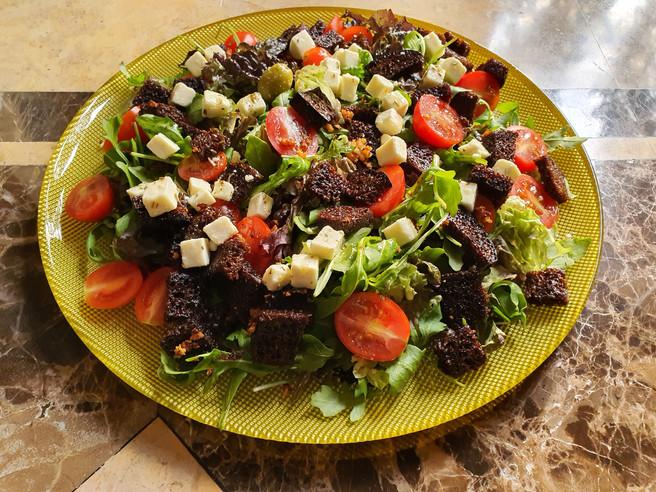 Салат с гренками из чёрного хлеба