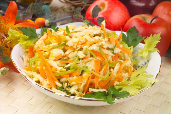 Салат из сельдерея и лука порея