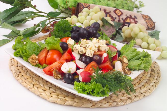 Салат греческий с виноградом