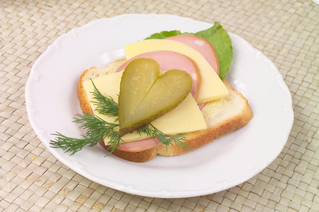 Сендвич с колбасой и сыром