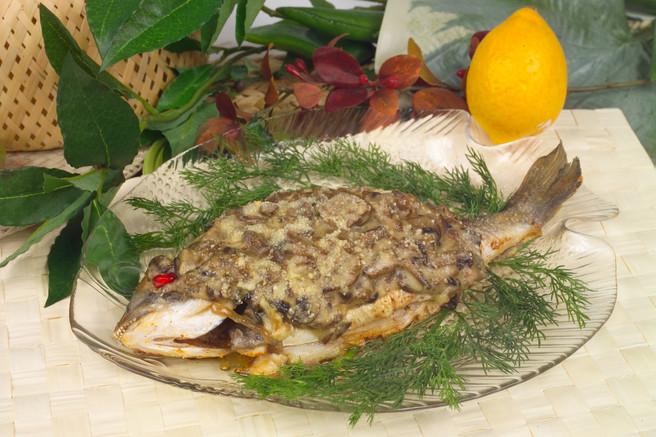 Рыба запечённая под грибным соусом