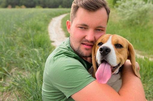 retrato-de-homem-abracando-seu-cachorro-