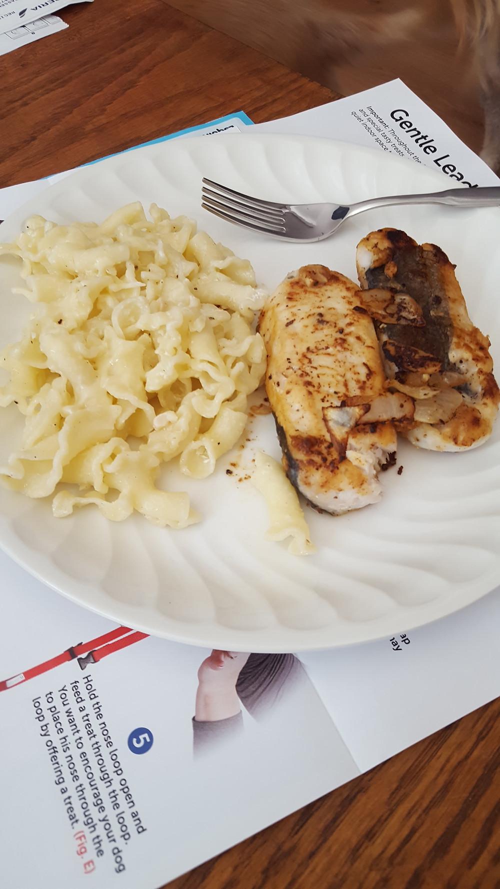 Pescado a la limón con pasta a la crema de queso