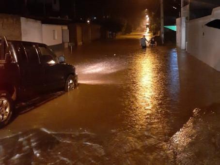 Chuva persistente na noite deste sábado inundou ruas e alagou casas em Brasília de Minas