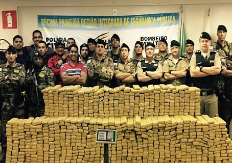 Cerca de 800 quilos de maconha são apreendidos na BR-365 Norte do Estado