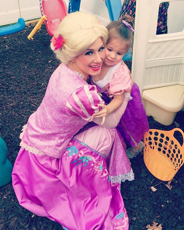 Smiling our way through #Saturday ☀️ 👸🏼 #princessparty #thepartyfairy #rapunzel