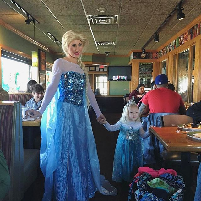 When you meet your #minime 👯_#twinning #applebees #thepartyfairy #thepartyfairyllc #littleelsa #twi