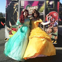 Ariel and Belle ran into a fun game truck today! 🎮🎯 We are calling this weekend _bellapalooza_ 🌹