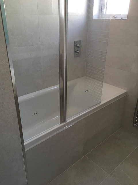 Bath & shower with glass screen