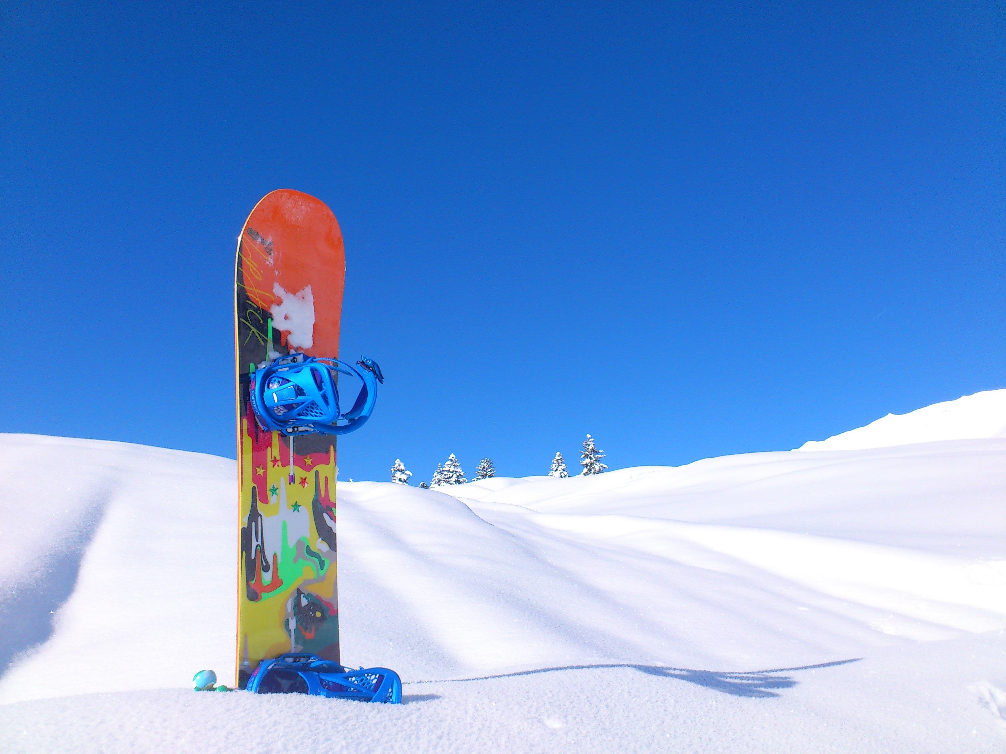 Snowboard auf Schnee