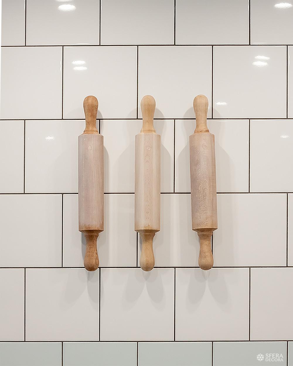 Деревянный декор в интерьере кафе.