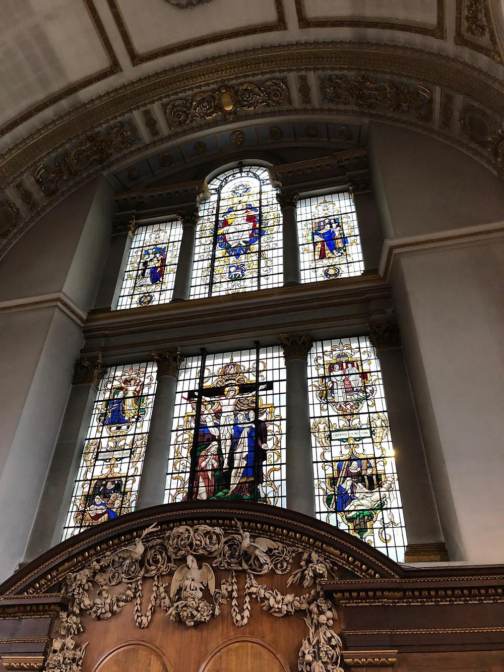 imagen del hermoso vitral de la iglesia y del retablo de G. Gibbons