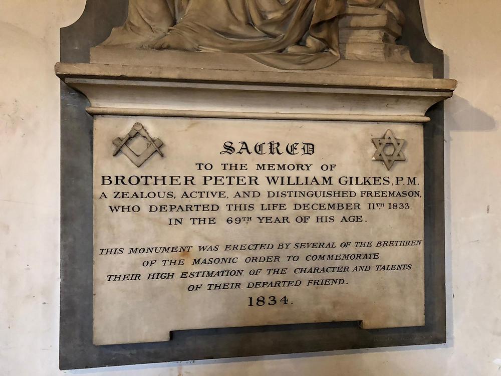 Placa conmemorativa dedicada al Mason ingles Peter W. Gilkes que fue miembro de la parroquia de St James