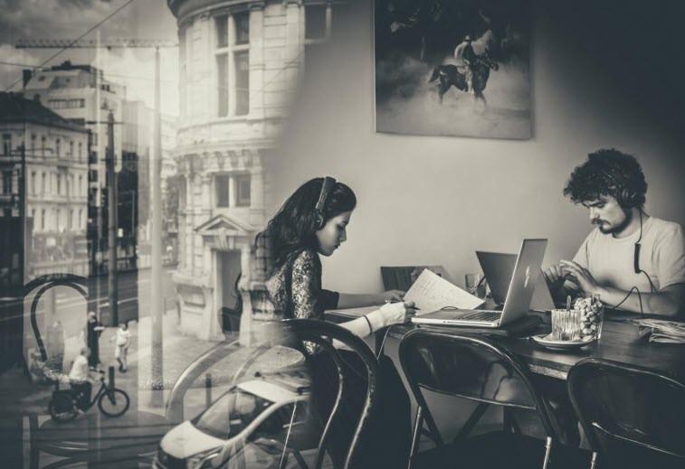 Met de laptop naar de koffiebar: beter dan de hele dag in pyjama rond te lopen.  Jimmy Kets