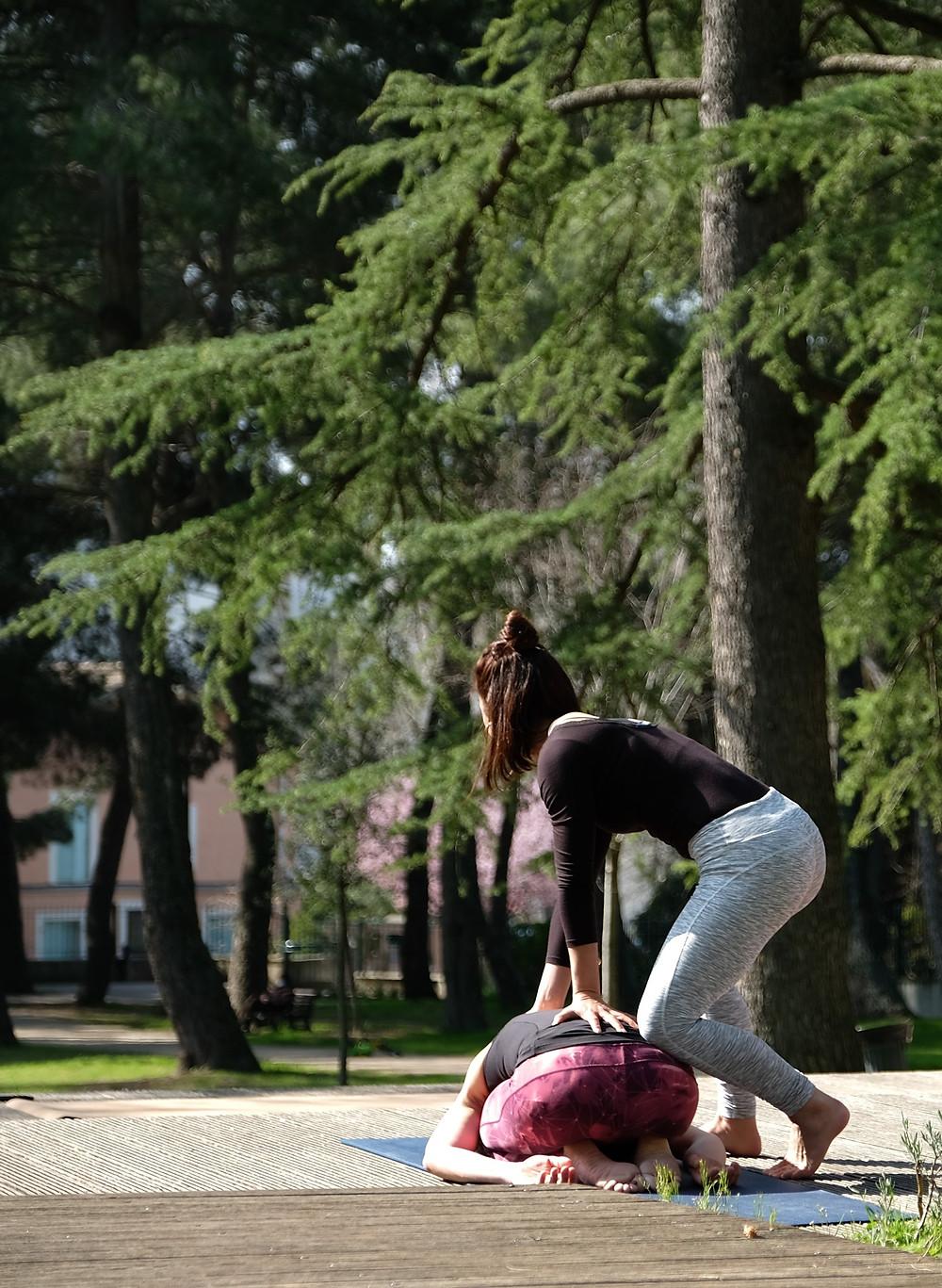Yoga au parc de Montpellier - cours en extérieur le dimanche matin au soleil pour se ressourcer et atteindre un état de Bien-être et d'équilibre avec soi