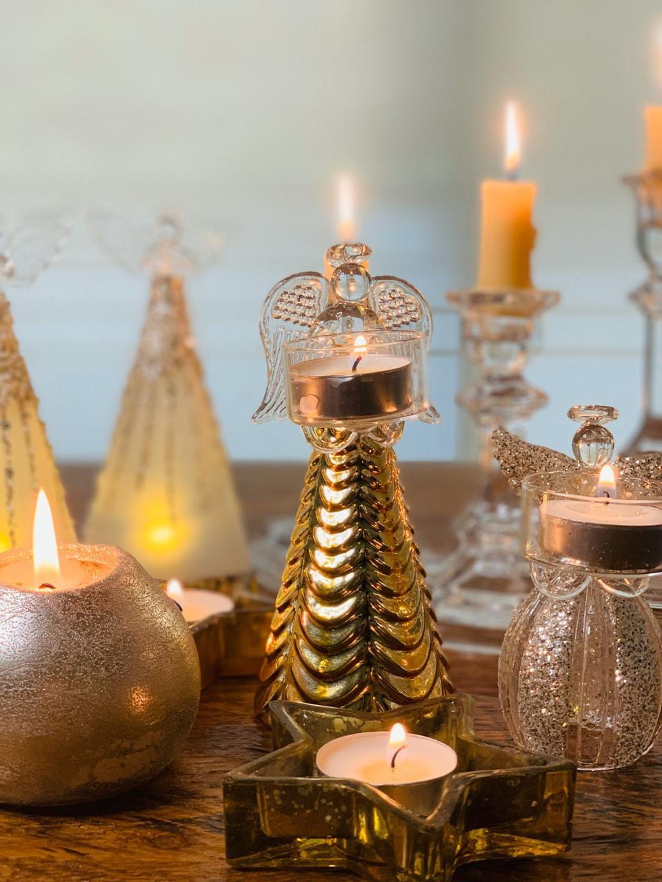 Composição com velas de diferentes alturas com temas natalinos em centro de mesa Fabi Calvo