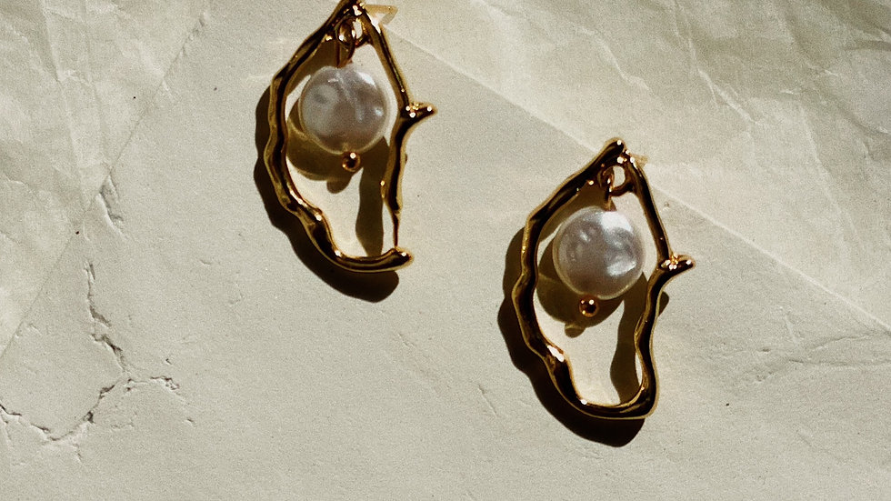 Organic form gold stud earrings with pearls